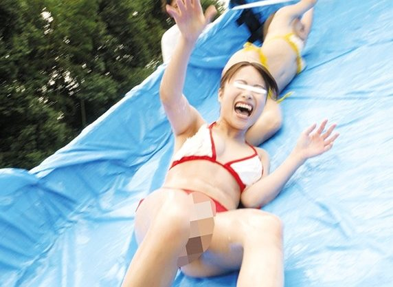 素人娘が溶ける水着でローションダンプカーに挑戦!笑ってるからいいけど、ミスして溶けて、全部丸見えの羞恥!