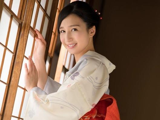 今どきの娘で和服がこんなに似合う女優はなかなかいない。この恰好で家政婦で奉仕なんてすごい。旅館の女将みたい。