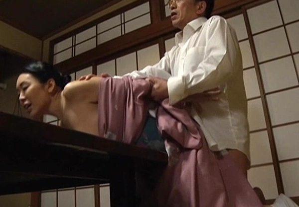 脱サラ従業員の中年オヤジが仲居を巻き込んでスワッピングに明け暮れる。温泉旅館に卑猥な音が響き渡るww