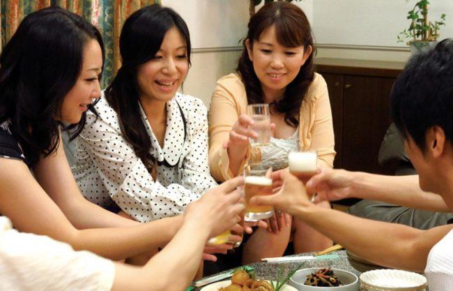 熟女主催の飲み会は目的がはっきりしてます。ずばり「乱交パーティー」イイ男がいたらもう争奪戦で大変ww