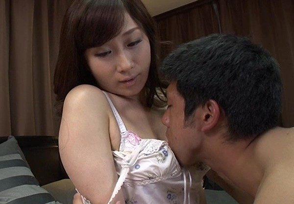 妖艶な魅力をもつ母親の親友が泊まりにきて、偶然オナニーを見てしまい欲情する息子ww