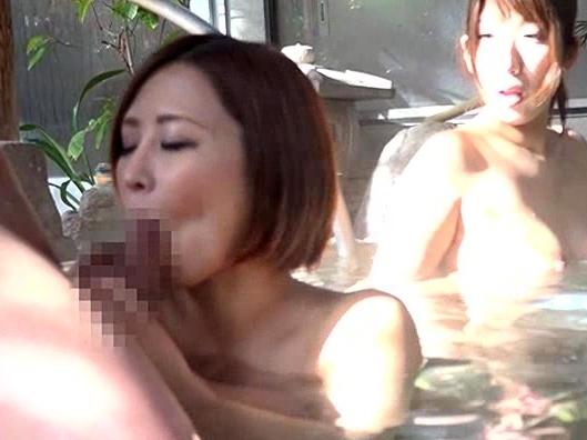 ママ友たちとの温泉旅行で男一人の僕…混浴で勃起しちゃったら、ママ友たちの餌食に…w